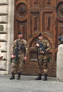 ローマで警備に立つ兵士