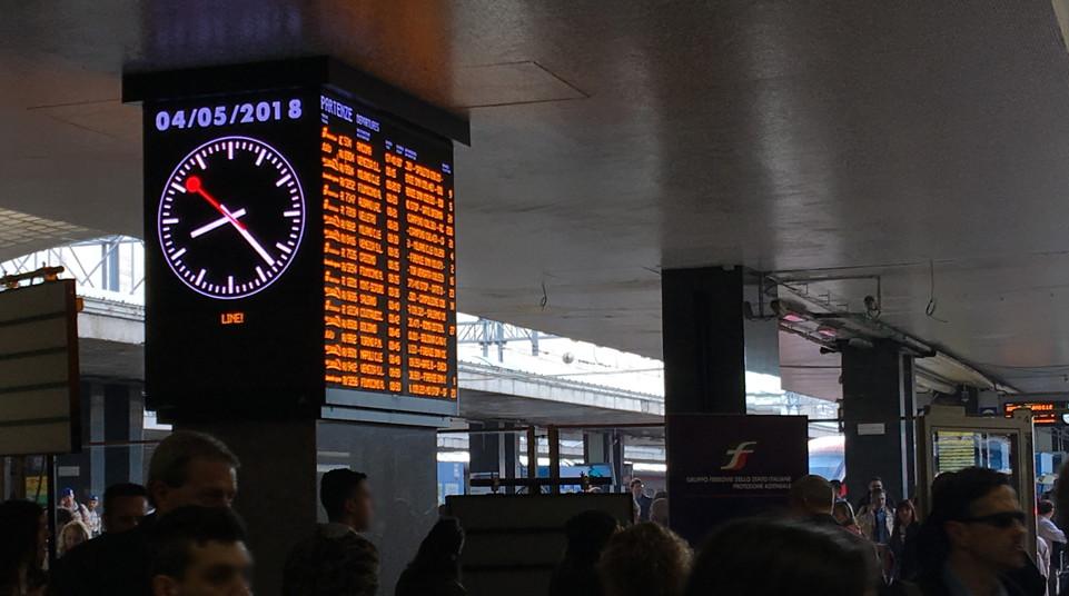 イタリアの駅の発着時刻掲示板
